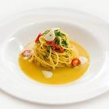 Spaghetti avec l'ail et les herbes de piments Image libre de droits