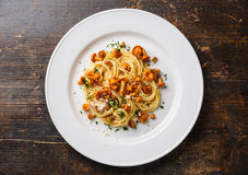 Spaghetti avec la chanterelle du plat blanc Image stock
