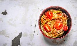 Spaghetti avec la sauce tomate, les épices et les tomates dans une cuvette Photos stock