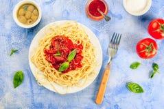 Spaghetti avec la sauce tomate, les olives et le basilic Image stock