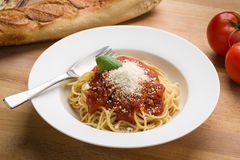 Spaghetti avec le marinara dans une cuvette blanche Images stock