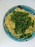 Spaghetti avec le pesto d'ail sauvage Photo stock