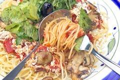 Spaghetti avec les champignons et l'herbe verte Photos stock