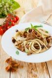 Spaghetti avec les champignons frits de chanterelle Photo libre de droits