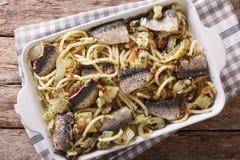Spaghetti avec les sardines, le fenouil, les raisins secs, les écrous et le persil étroits Photos libres de droits