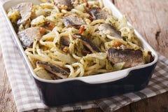 Spaghetti avec les sardines, le fenouil, les raisins secs, les écrous et le persil étroits Photographie stock