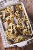 Spaghetti avec les sardines, le fenouil, les raisins secs, les écrous et le persil étroits Photographie stock libre de droits
