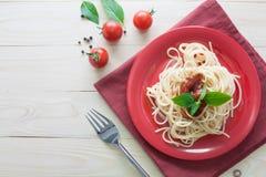 Spaghetti on back dish with fresh tomatoes basil italian herbs o Royalty Free Stock Photos