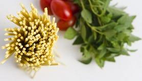 Spaghetti, basilicum en tomaten royalty-vrije stock afbeelding
