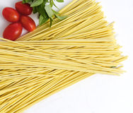 Spaghetti, basilicum en tomaten stock afbeelding