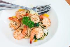 Spaghetti basilu kumberland z gotowaną garnelą Obrazy Stock