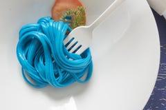 Spaghetti bleus, couvert noir Photo stock