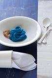 Spaghetti bleus, couvert noir Images libres de droits