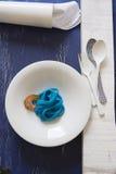 Spaghetti bleus, couvert noir Photos libres de droits