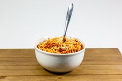 Spaghetti bolończyk w głębokim białym pucharze na drewnianym kuchennym stole czeka jedzącym obrazy royalty free