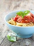 Spaghetti bolognese in blauwe kom op uitstekend rustiek hout royalty-vrije stock fotografie