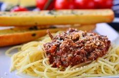 Spaghetti bolognese con le baguette della perla dell'aglio Immagine Stock