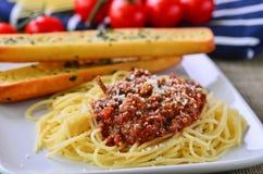 Spaghetti bolognese con le baguette della perla dell'aglio Fotografia Stock