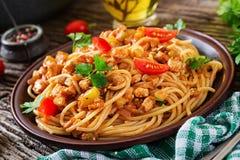 Spaghetti bolognese deegwaren met tomatensaus, groenten en gehakt stock foto's