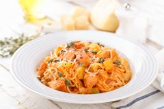 Spaghetti bolognese deegwaren met tomatensaus, groenten en kippenvlees op witte houten rustieke achtergrond Traditionele Italiaan royalty-vrije stock fotografie