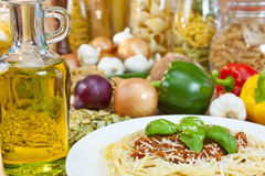 Spaghetti Bolognese, Deegwaren, Olijfolie, ingrediënten Stock Foto's