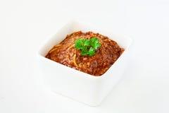 Spaghetti Bolognese met basilicum in witte kom Royalty-vrije Stock Foto