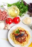 Spaghetti bolognese met ingrediënten stock afbeeldingen