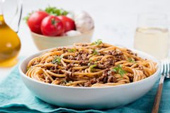 Spaghetti bolognese met kaas en basilicum op een plaat Italiaanse ingrediënten Stock Foto's