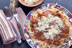 Spaghetti Bolognese na talerzu z rozwidleniem i łyżką Zdjęcia Royalty Free