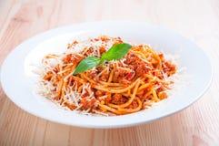 Spaghetti bolognese sul piatto bianco con salsa al pomodoro e basilico Immagini Stock Libere da Diritti