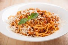Spaghetti bolognese sul piatto bianco con salsa al pomodoro e basilico Immagine Stock