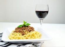 Spaghetti bolognesi e vetro di vino Immagine Stock