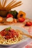 Spaghetti Bolonais avec des ingrédients photo stock