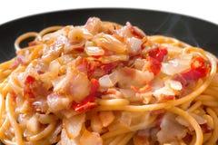 Spaghetti caldi e piccanti della pancetta affumicata Immagine Stock