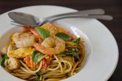 Spaghetti caldi e piccanti saporiti con crema, formaggio e prezzemolo Immagini Stock