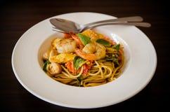 Spaghetti caldi e piccanti saporiti con crema, formaggio e prezzemolo Fotografia Stock Libera da Diritti