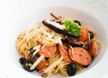 Spaghetti caldi e piccanti saporiti con la salsiccia tailandese Immagini Stock Libere da Diritti