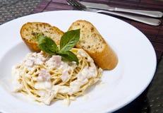Spaghetti Carbonara avec la nourriture de pain à l'ail Photographie stock libre de droits