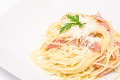 Spaghetti Carbonara met Gebakken Ham And Parmesan stock afbeeldingen