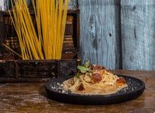 Spaghetti carbonara w czarnym terminie zdjęcie royalty free