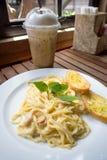 Spaghetti carbonara z czosnków chlebami Zdjęcie Royalty Free