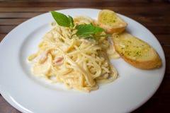 Spaghetti carbonara z czosnków chlebami Fotografia Royalty Free