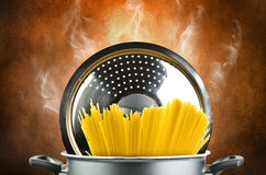 Spaghetti chauds à l'intérieur d'un bac photographie stock libre de droits