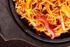 Spaghetti chinois chauds avec le poivre Photos stock