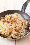 Spaghetti with clams into frying pan Stock Photos