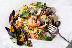 Spaghetti with clams, prawns, sea scallops Stock Images