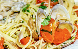 Spaghetti with clams and tomatoes Royalty Free Stock Photos
