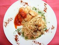 Spaghetti con carne ed i funghi Immagine Stock