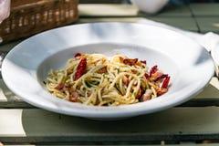 Spaghetti con Fried Bacon, il peperoncino rosso ed il pepe Immagini Stock Libere da Diritti