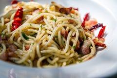 Spaghetti con Fried Bacon, il peperoncino rosso ed il pepe Immagine Stock